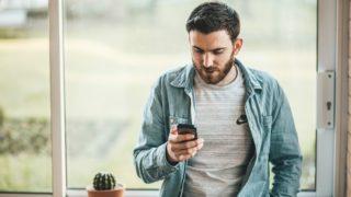 携帯を見ている男性