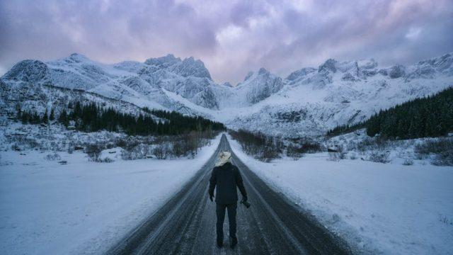 冬道を歩いている男