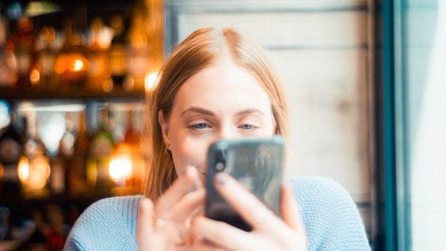 携帯を使っている女性