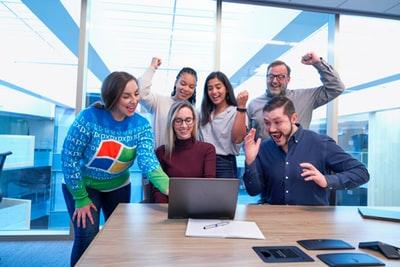 みんながパソコン前で喜んでいる