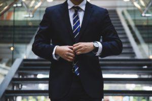 スーツを着ている男性