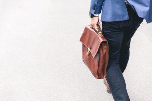 鞄を持ってる男性