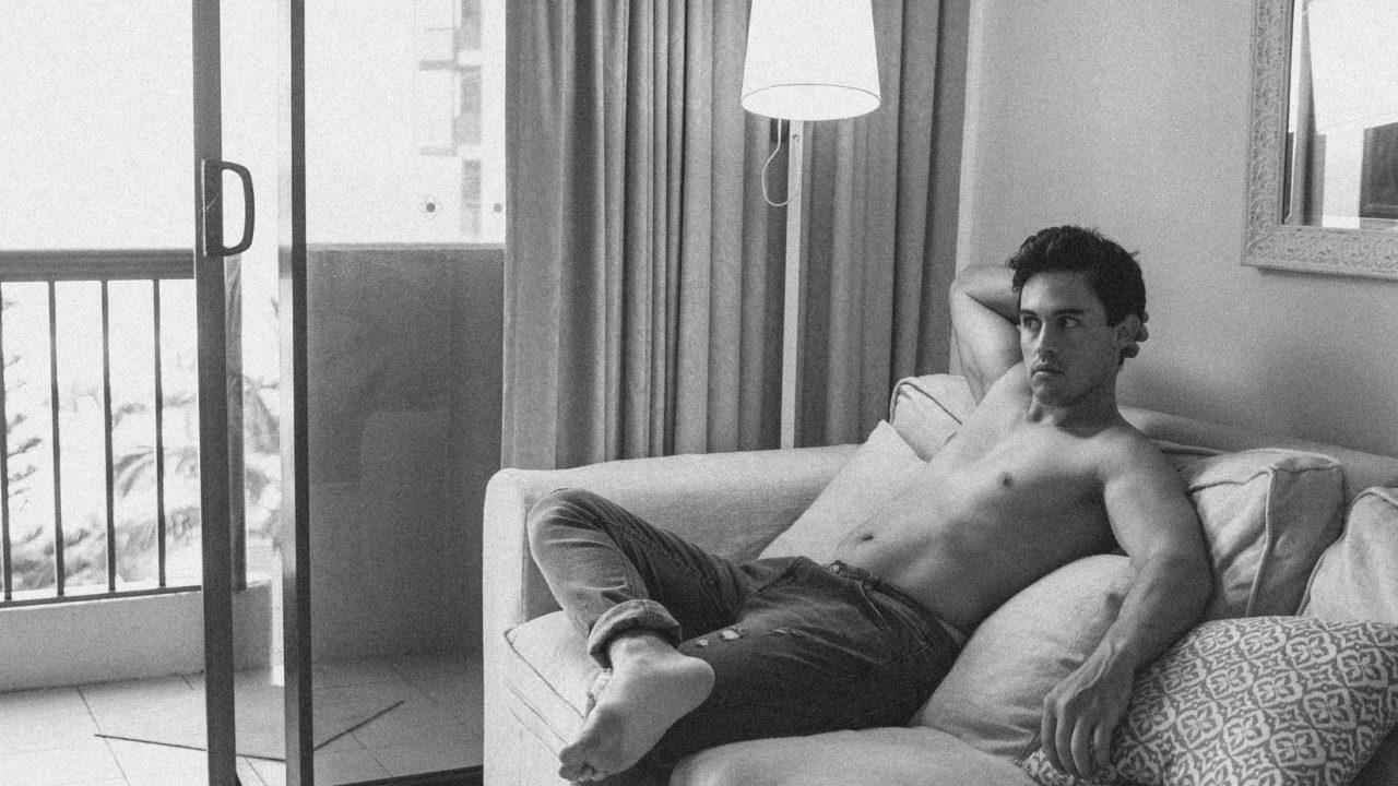 裸で座っている男性