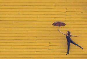傘を使っている女性