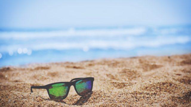 砂浜に置いてあるサングラス