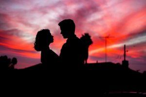 夕焼けに佇むカップル
