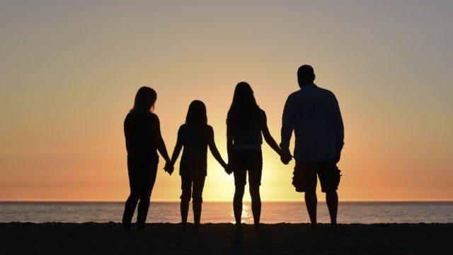 夕暮れに佇む家族