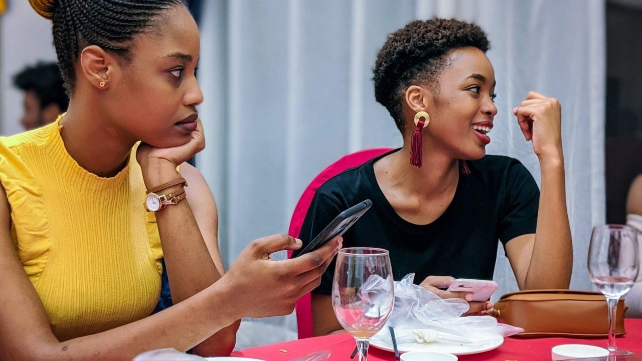 食事をしている二人の女性