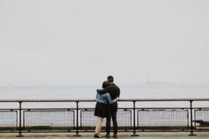 肩を組んでる女性と男性