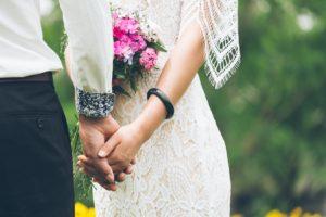 手を繋いでる女性と男性