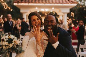 結婚指輪を見せている女性と男性