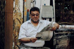 新聞読んでいるおじさん