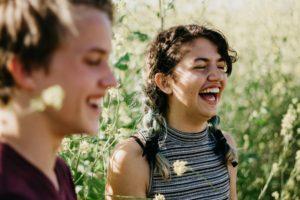 笑い合う女性と男性