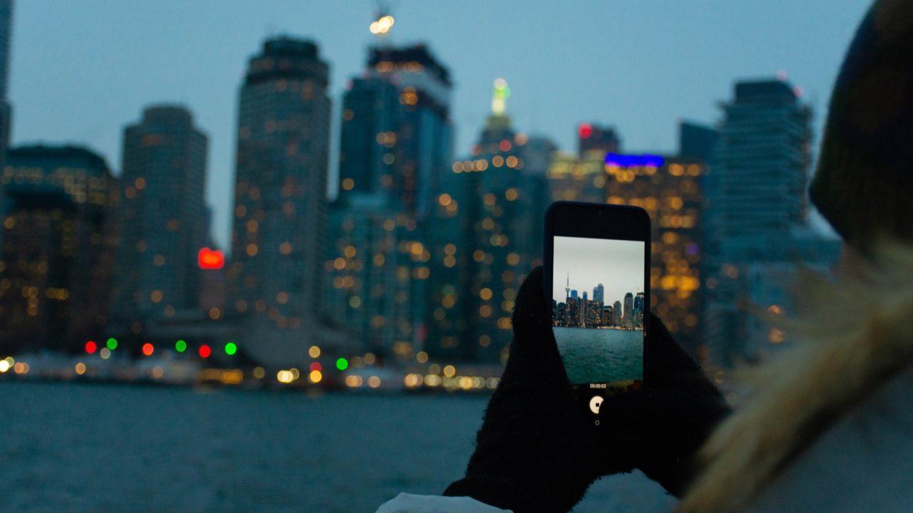 携帯で背景を撮ってる人