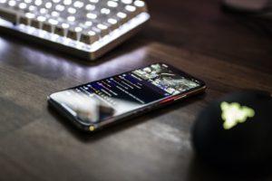 携帯電話とキーボード