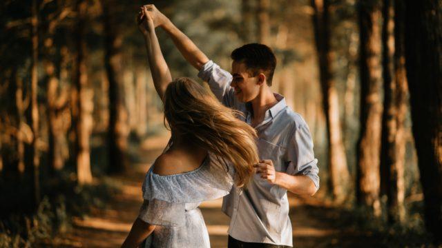 踊る男と女