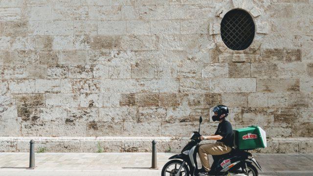 バイクを運転している人