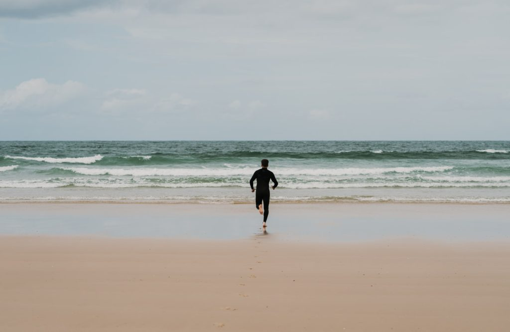 海に走る男性