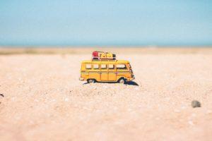 砂の上を走るバス