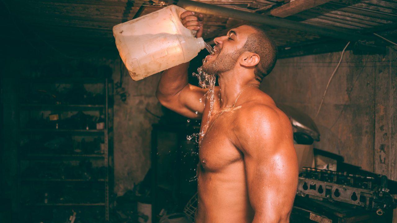 飲み物を飲んでいる男性