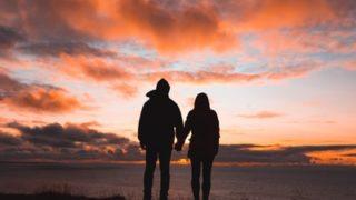 夕日に佇むカップル
