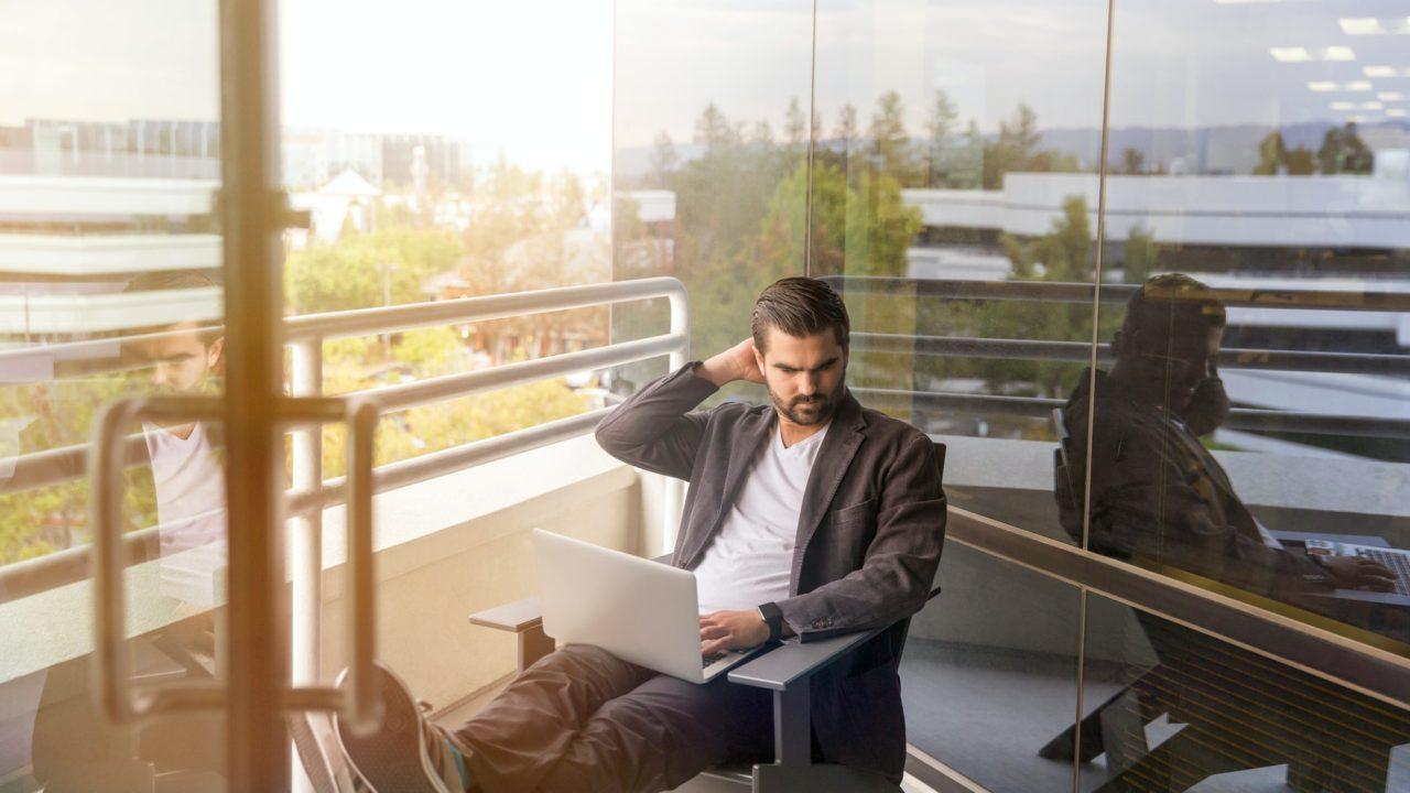 朝日を浴びながらパソコンしている男性