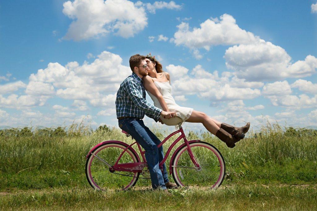 自転車を乗っているカップル