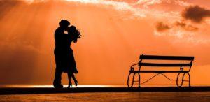 夕日に抱き合うカップル