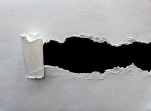 白い紙が破られる