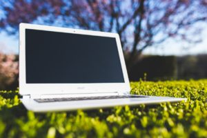 芝生の上にパソコン