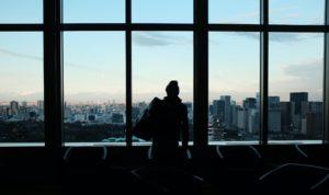 街を眺めている男性