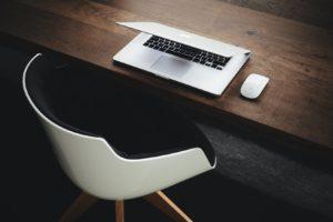 机と半開きのノートPC
