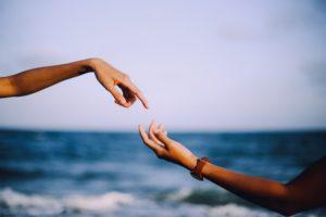 手を繋ごうとしている二人
