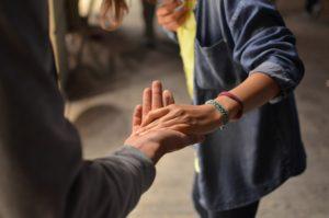 手を繋ぐ人たち