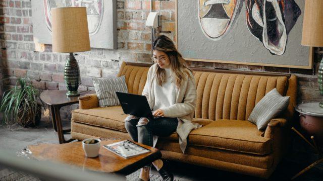 ソファーでパソコン使っている女性