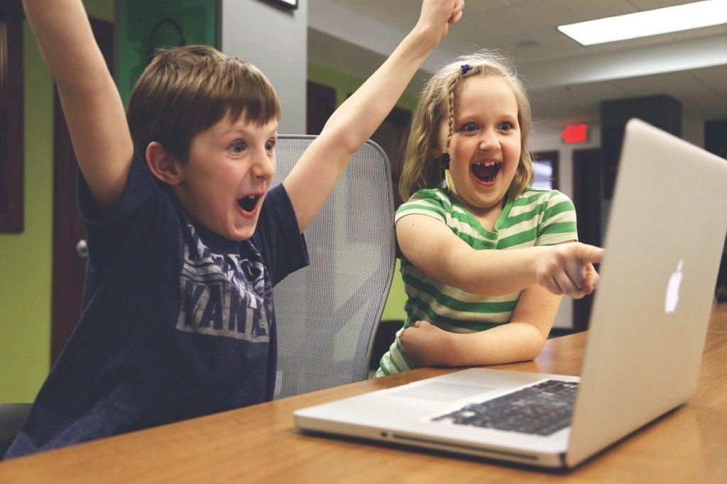 子供2人が画面をみて喜ぶ