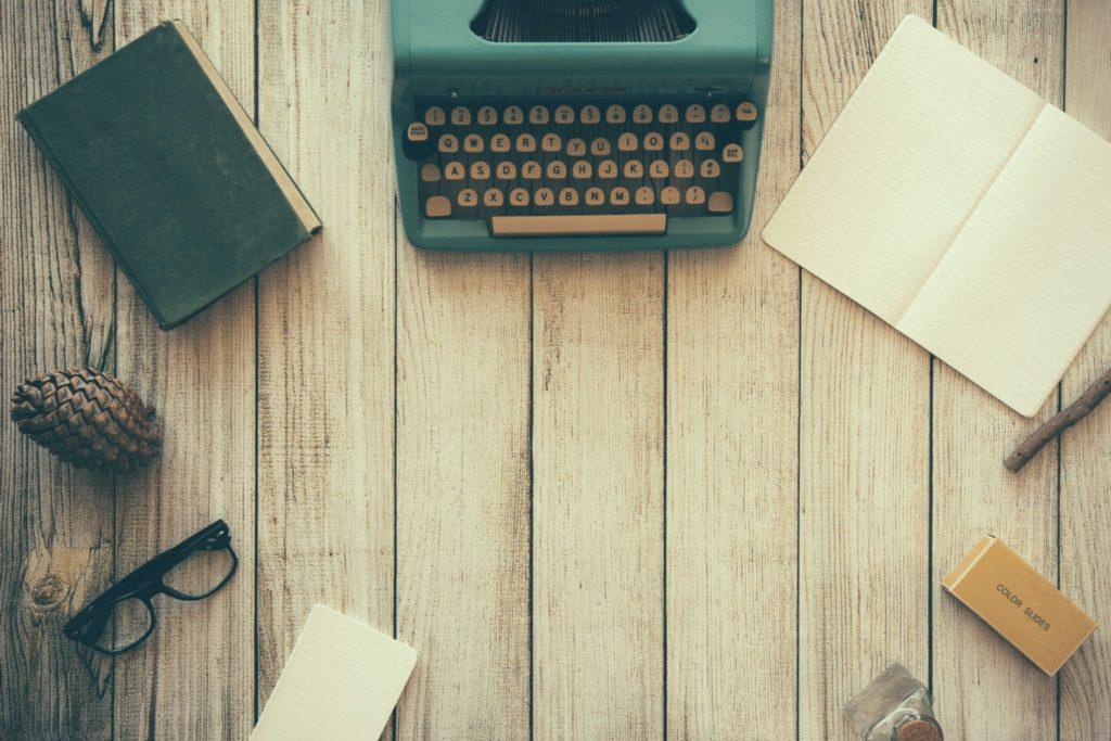 机にパソコンやノートなど