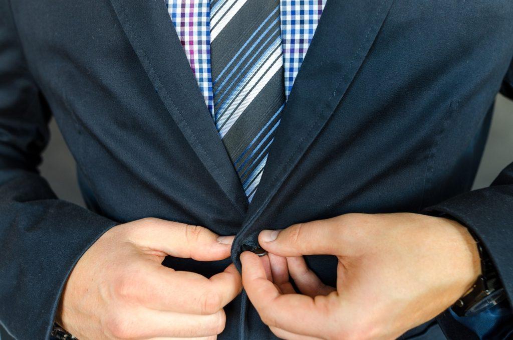 スーツ姿の人