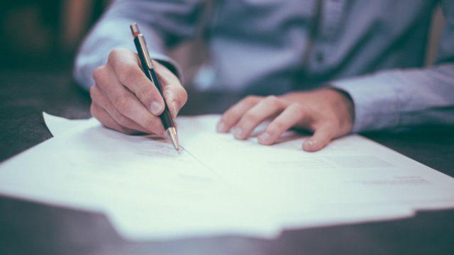 書類を書いている人