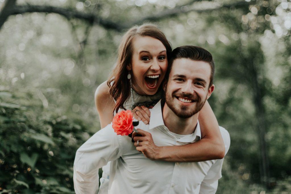 幸せそうな男性と女性