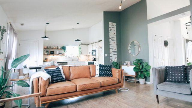 ソファーと広い部屋