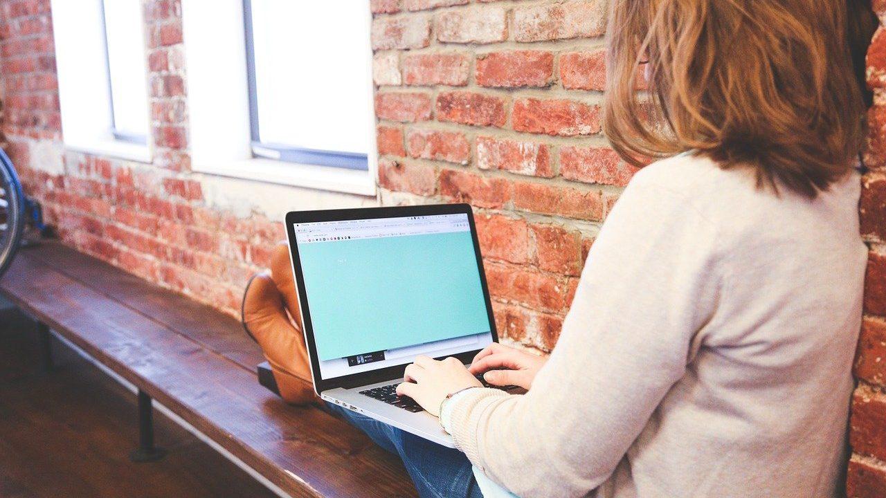 くつろぎながらパソコンしている女性