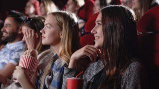 映画を見ている女性